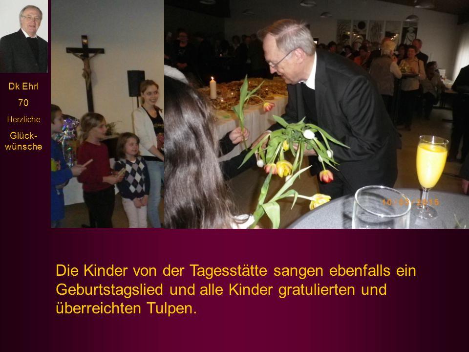 Die Kinder von der Tagesstätte sangen ebenfalls ein Geburtstagslied und alle Kinder gratulierten und überreichten Tulpen.