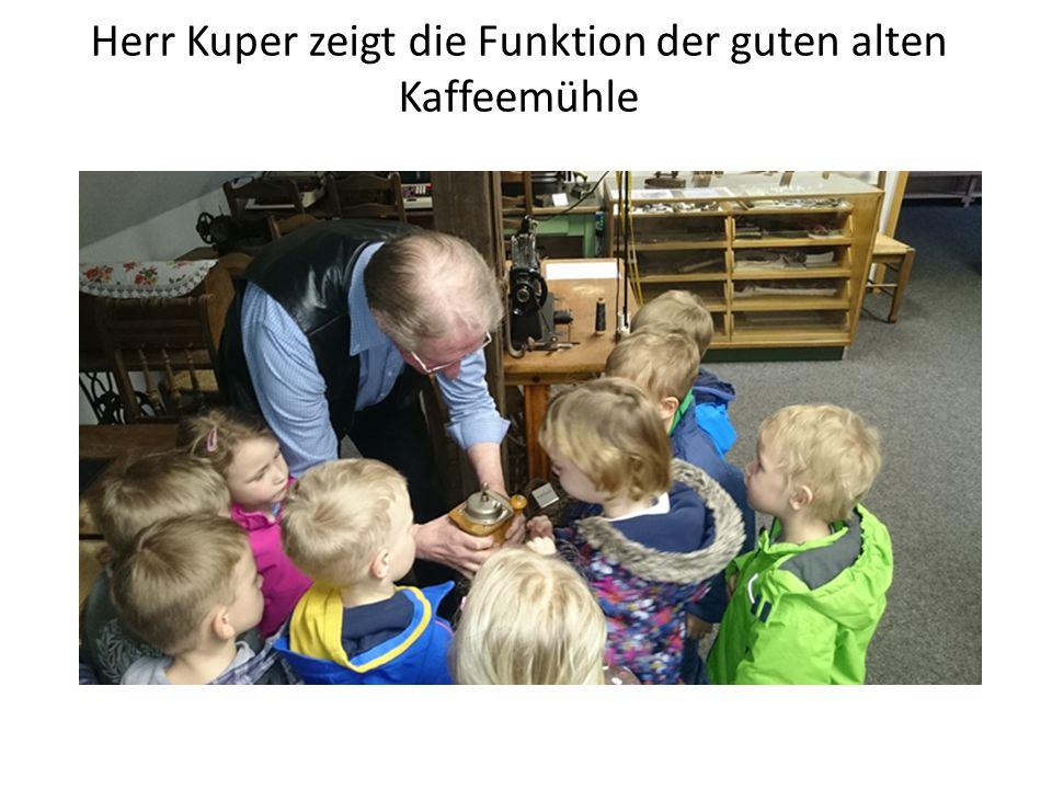Herr Kuper zeigt die Funktion der guten alten Kaffeemühle