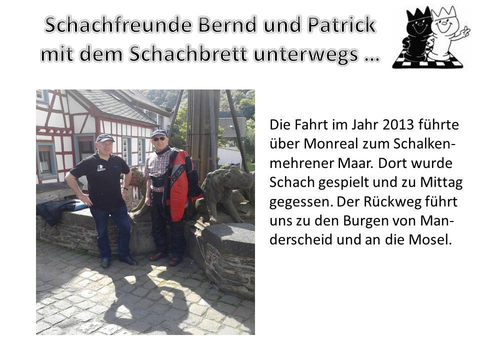 Schachfreunde Bernd und Patrick mit dem Schachbrett unterwegs …