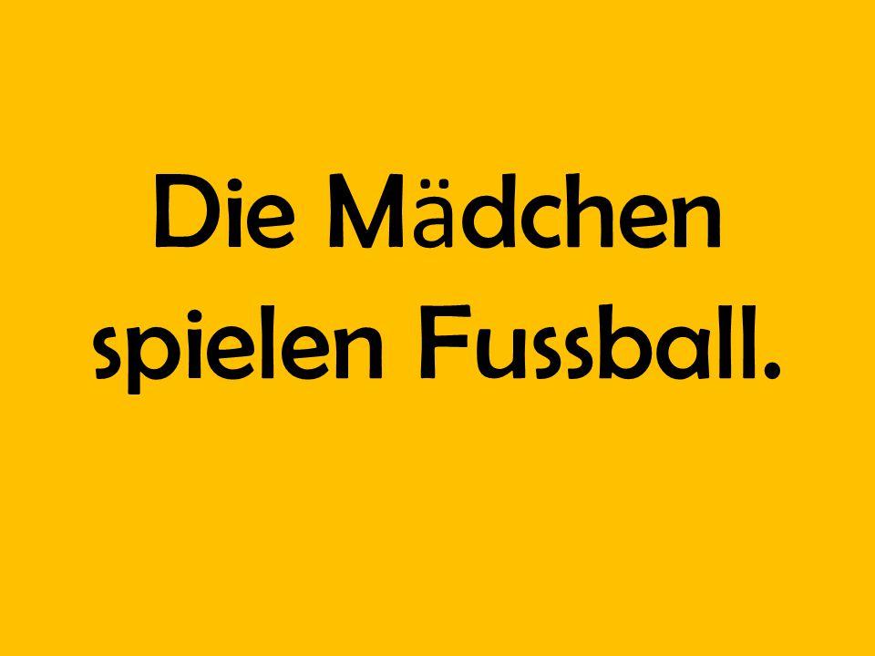 Die Mӓdchen spielen Fussball.