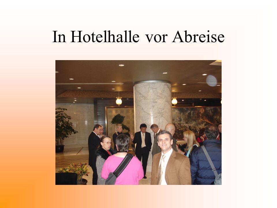 In Hotelhalle vor Abreise
