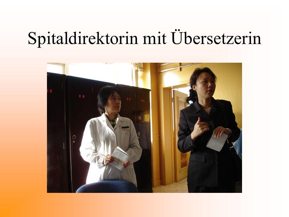 Spitaldirektorin mit Übersetzerin