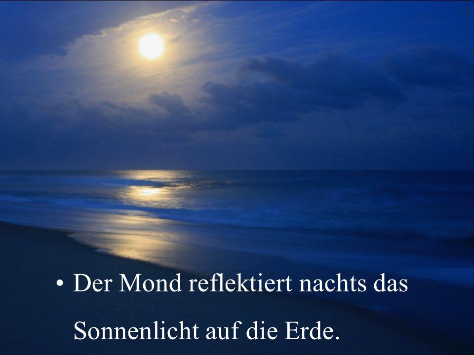 Der Mond reflektiert nachts das Sonnenlicht auf die Erde.