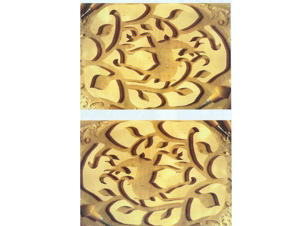 Nach Drehung kann man erkennen, dass es zwei identische Bilder einer Holzschnitzerei sind.
