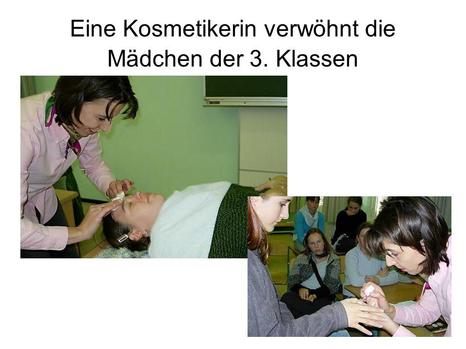Eine Kosmetikerin verwöhnt die Mädchen der 3. Klassen