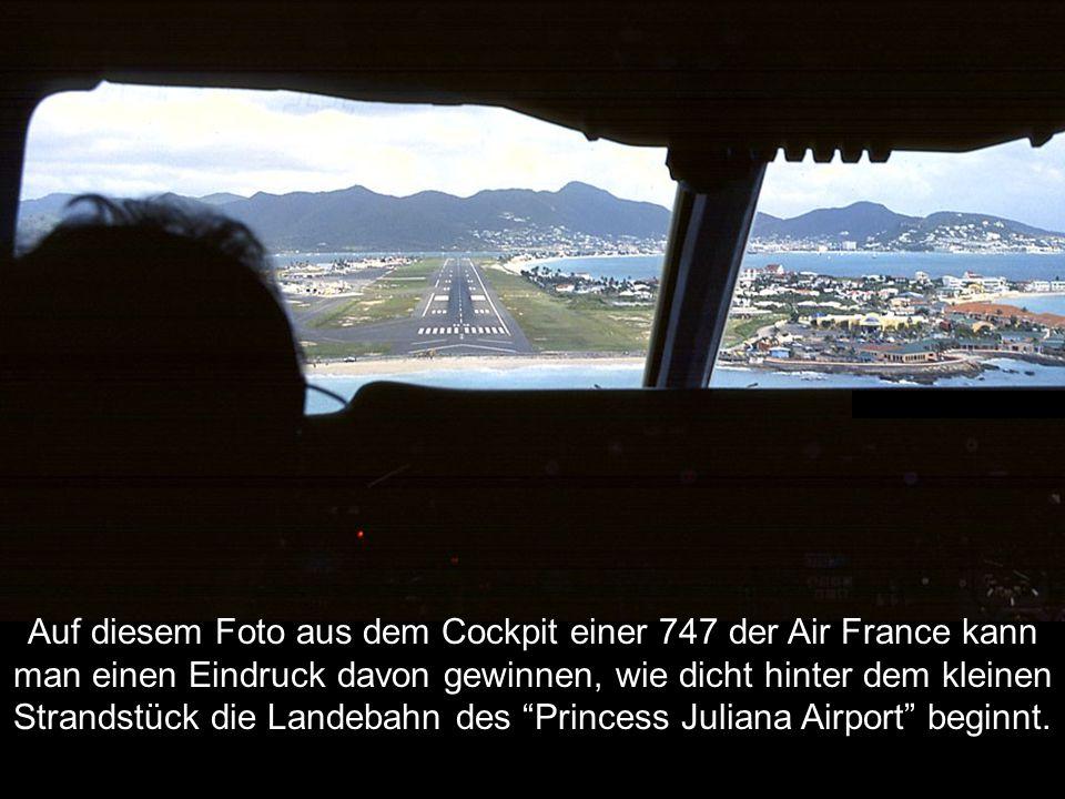 Auf diesem Foto aus dem Cockpit einer 747 der Air France kann man einen Eindruck davon gewinnen, wie dicht hinter dem kleinen Strandstück die Landebahn des Princess Juliana Airport beginnt.