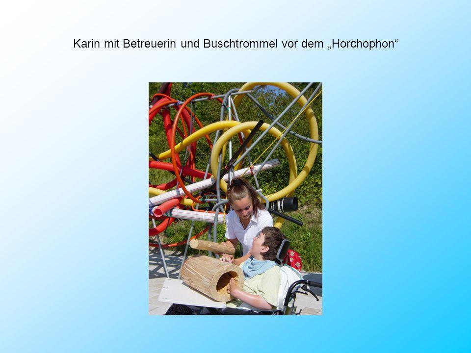 """Karin mit Betreuerin und Buschtrommel vor dem """"Horchophon"""
