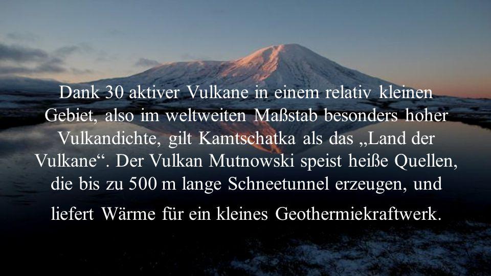 """Dank 30 aktiver Vulkane in einem relativ kleinen Gebiet, also im weltweiten Maßstab besonders hoher Vulkandichte, gilt Kamtschatka als das """"Land der Vulkane ."""