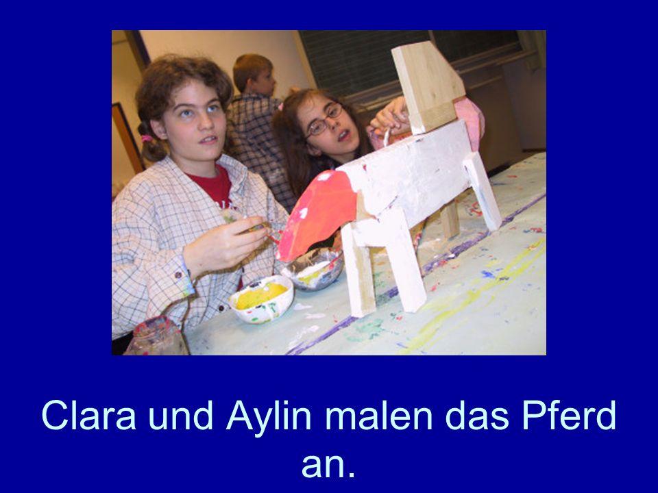 Clara und Aylin malen das Pferd an.