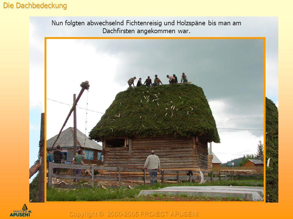Die Dachbedeckung Nun folgten abwechselnd Fichtenreisig und Holzspäne bis man am Dachfirsten angekommen war.