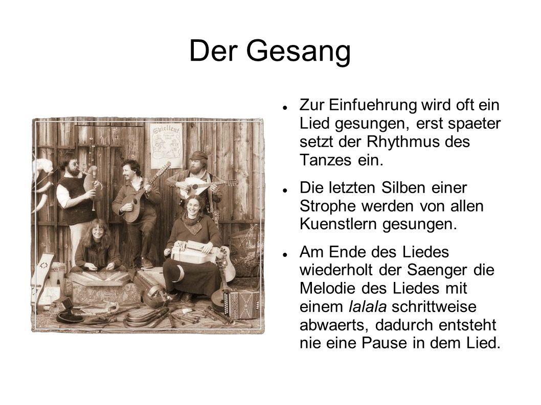 Der Gesang Zur Einfuehrung wird oft ein Lied gesungen, erst spaeter setzt der Rhythmus des Tanzes ein.