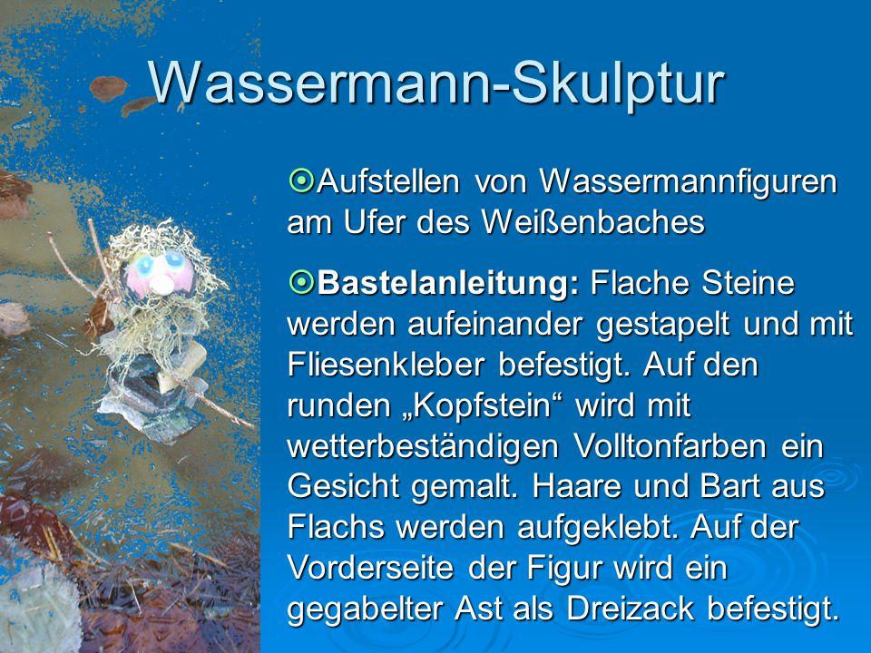 Wassermann-Skulptur Aufstellen von Wassermannfiguren am Ufer des Weißenbaches.