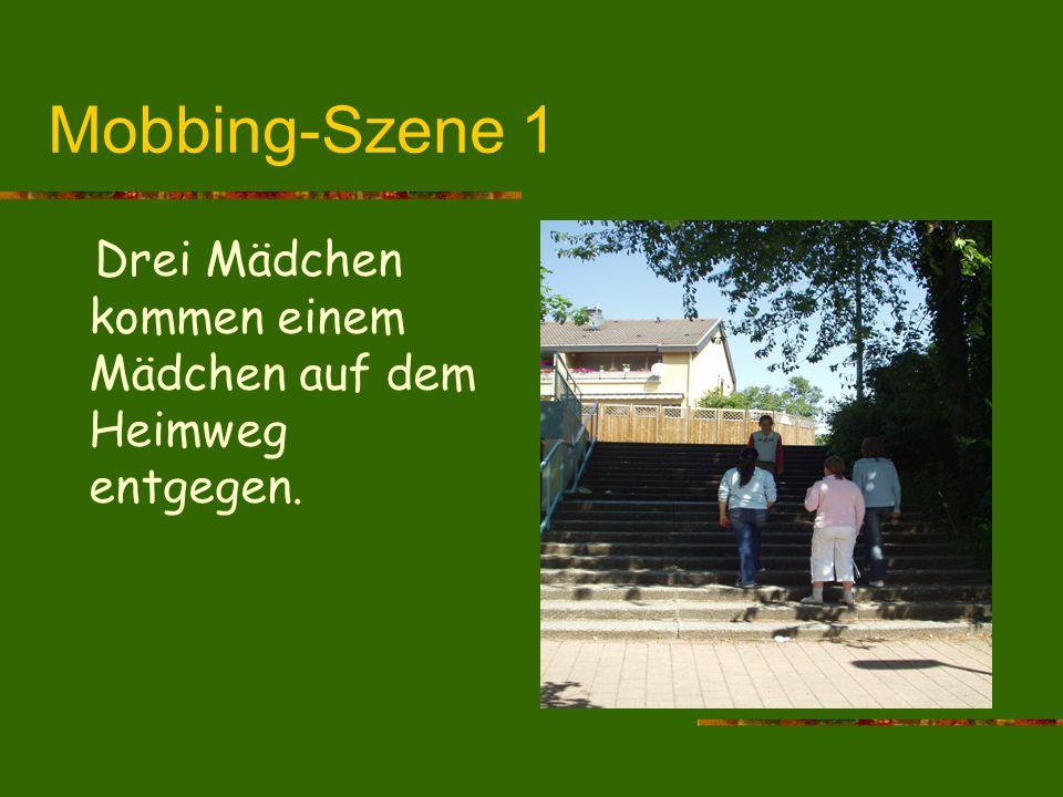 Mobbing-Szene 1 Drei Mädchen kommen einem Mädchen auf dem Heimweg entgegen.