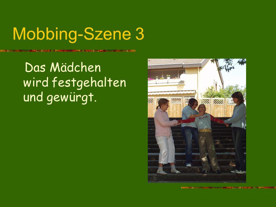 Mobbing-Szene 3 Das Mädchen wird festgehalten und gewürgt.
