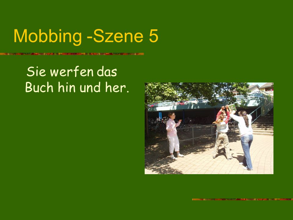 Mobbing -Szene 5 Sie werfen das Buch hin und her.