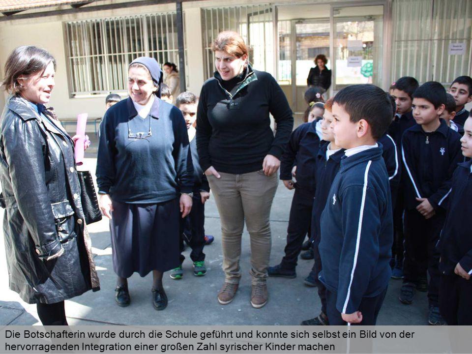 Die Botschafterin wurde durch die Schule geführt und konnte sich selbst ein Bild von der hervorragenden Integration einer großen Zahl syrischer Kinder machen