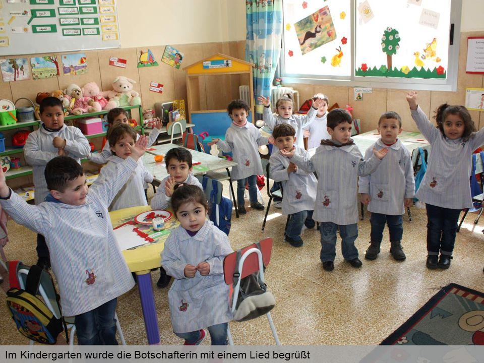 Im Kindergarten wurde die Botschafterin mit einem Lied begrüßt
