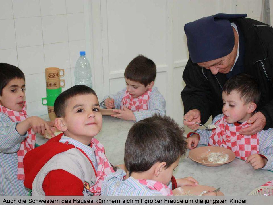 Auch die Schwestern des Hauses kümmern sich mit großer Freude um die jüngsten Kinder