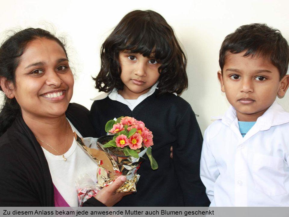 Zu diesem Anlass bekam jede anwesende Mutter auch Blumen geschenkt