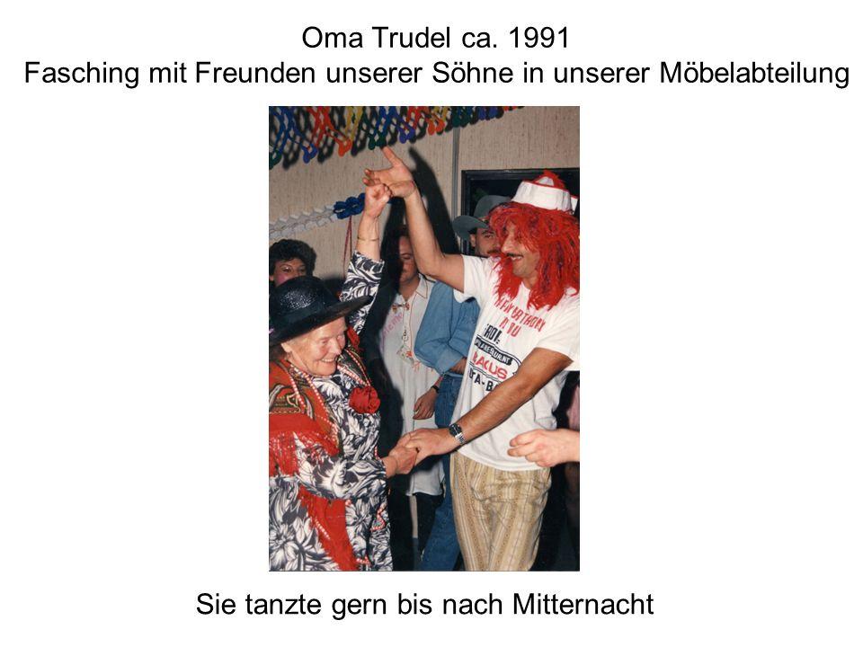 Oma Trudel ca. 1991 Fasching mit Freunden unserer Söhne in unserer Möbelabteilung