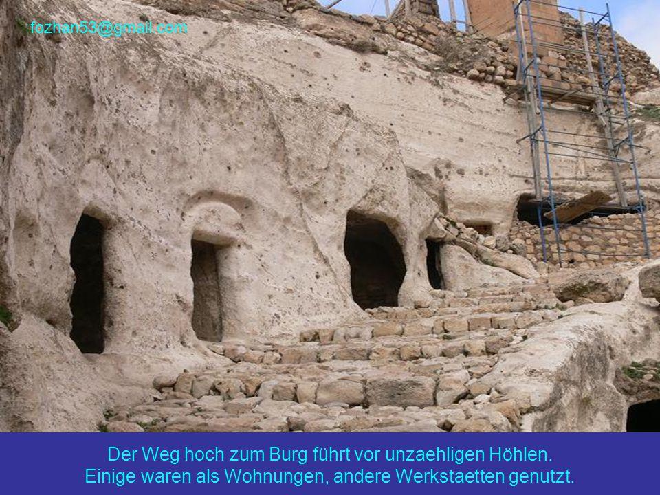 fozhan53@gmail.com Der Weg hoch zum Burg führt vor unzaehligen Höhlen.