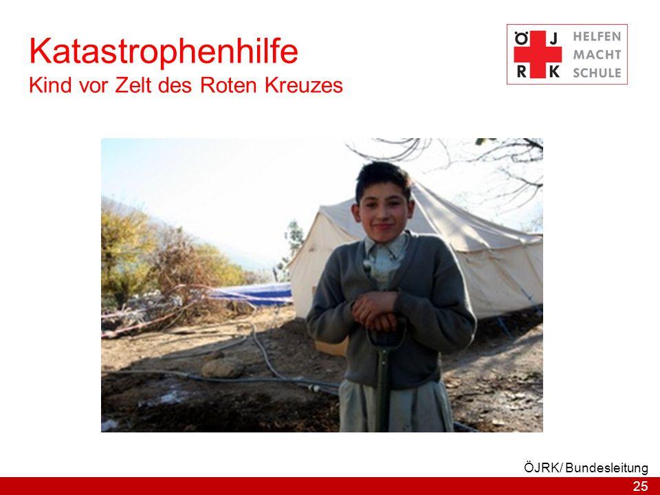 Katastrophenhilfe Kind vor Zelt des Roten Kreuzes