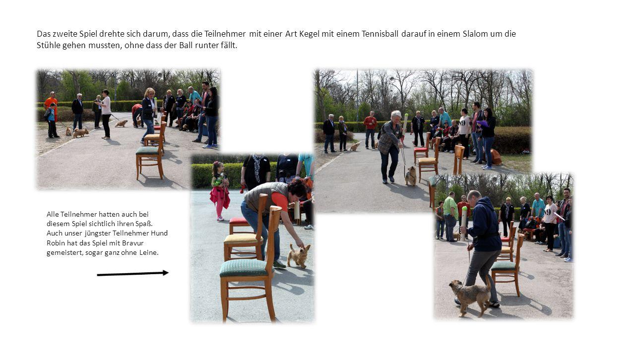 Das zweite Spiel drehte sich darum, dass die Teilnehmer mit einer Art Kegel mit einem Tennisball darauf in einem Slalom um die Stühle gehen mussten, ohne dass der Ball runter fällt.