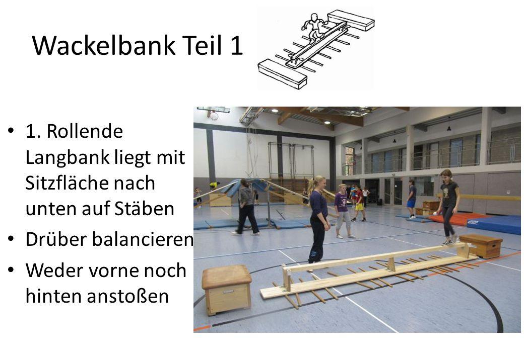 Wackelbank Teil 1 1. Rollende Langbank liegt mit Sitzfläche nach unten auf Stäben. Drüber balancieren.