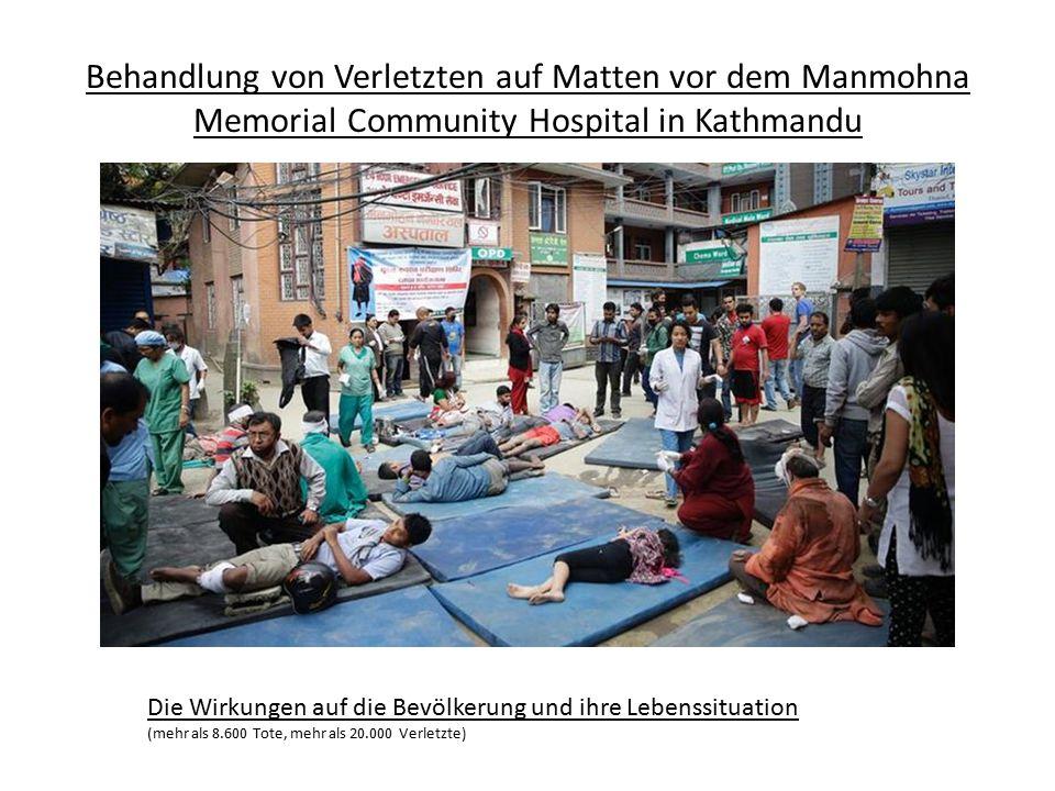 Behandlung von Verletzten auf Matten vor dem Manmohna Memorial Community Hospital in Kathmandu