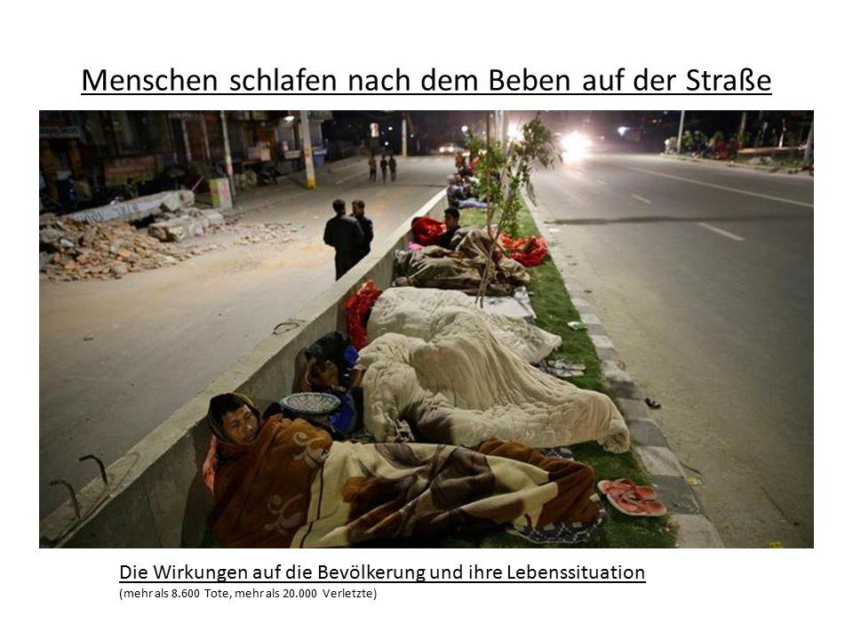 Menschen schlafen nach dem Beben auf der Straße