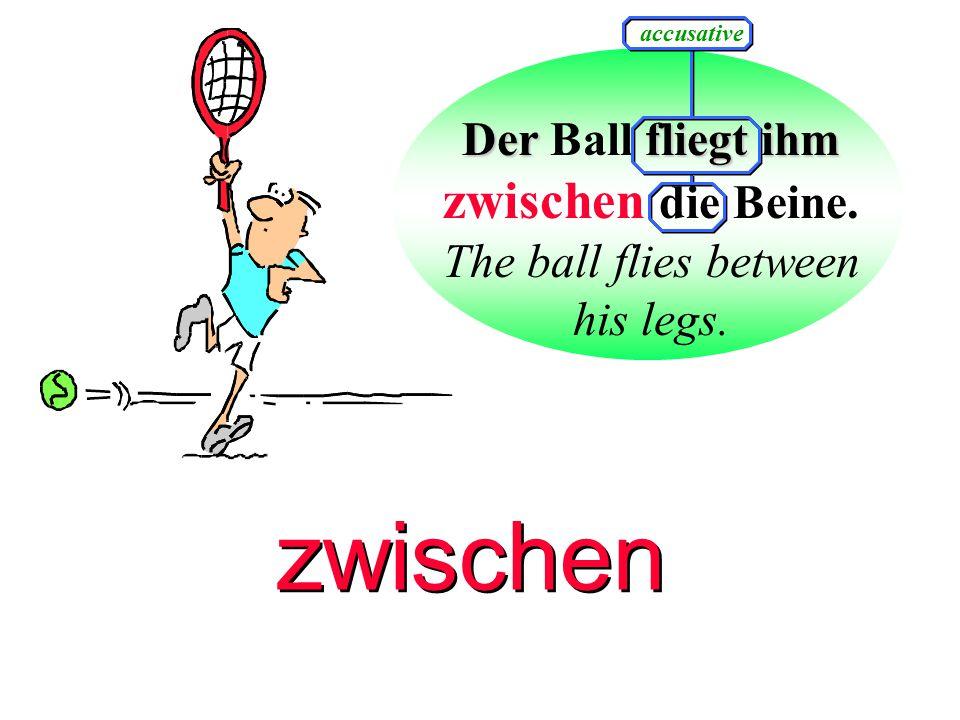 Der Ball fliegt ihm zwischen die Beine.