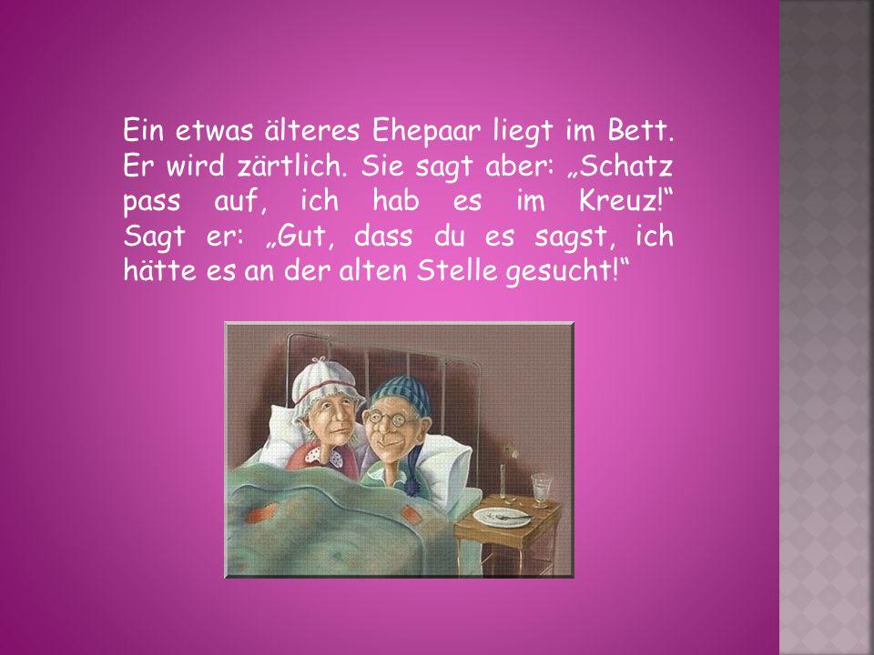Ein etwas älteres Ehepaar liegt im Bett. Er wird zärtlich