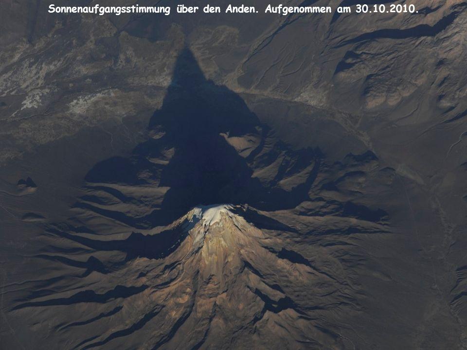 Sonnenaufgangsstimmung über den Anden. Aufgenommen am 30.10.2010.