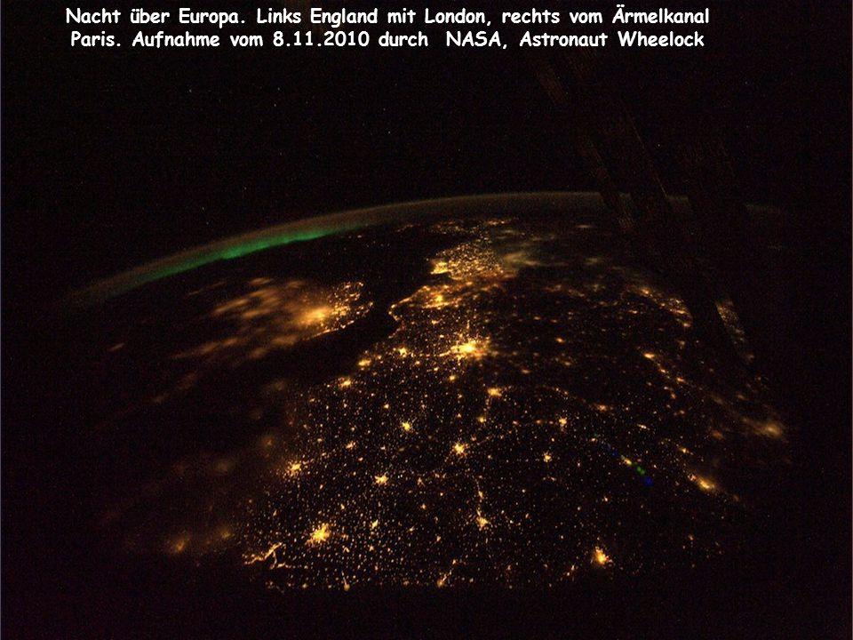 Nacht über Europa. Links England mit London, rechts vom Ärmelkanal Paris.