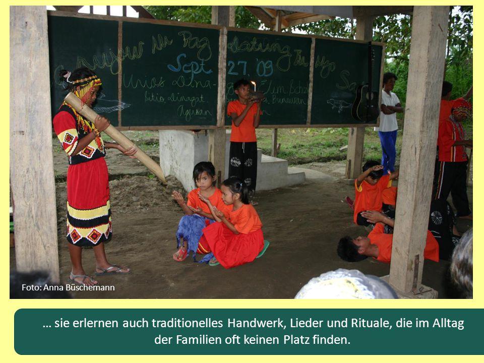 Foto: Anna Büschemann … sie erlernen auch traditionelles Handwerk, Lieder und Rituale, die im Alltag der Familien oft keinen Platz finden.