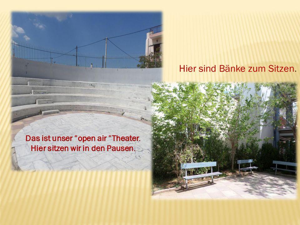 Das ist unser open air Theater. Hier sitzen wir in den Pausen.