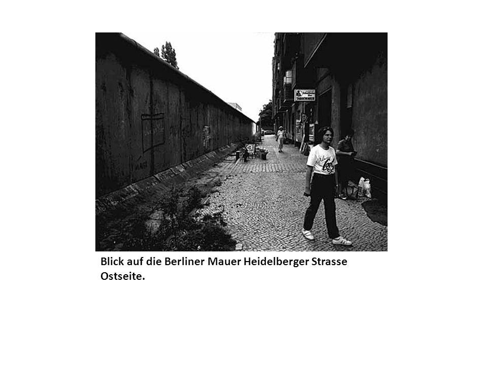 Blick auf die Berliner Mauer Heidelberger Strasse Ostseite.