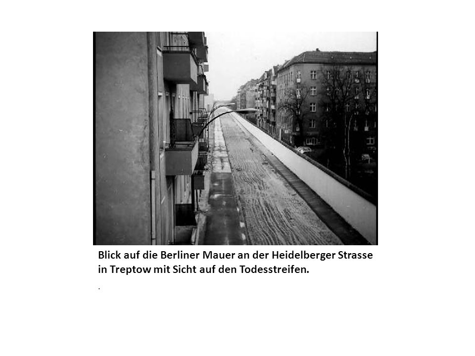 Blick auf die Berliner Mauer an der Heidelberger Strasse in Treptow mit Sicht auf den Todesstreifen.