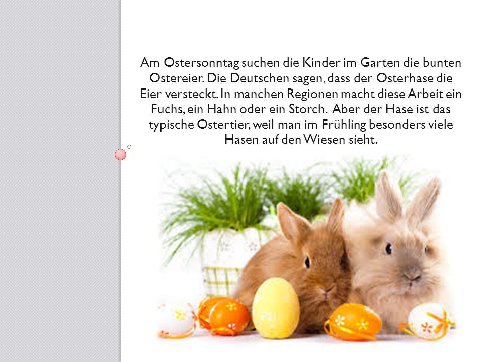 Am Ostersonntag suchen die Kinder im Garten die bunten Ostereier