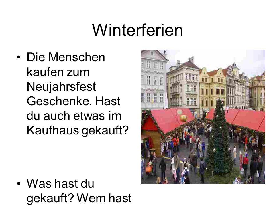Winterferien Die Menschen kaufen zum Neujahrsfest Geschenke. Hast du auch etwas im Kaufhaus gekauft