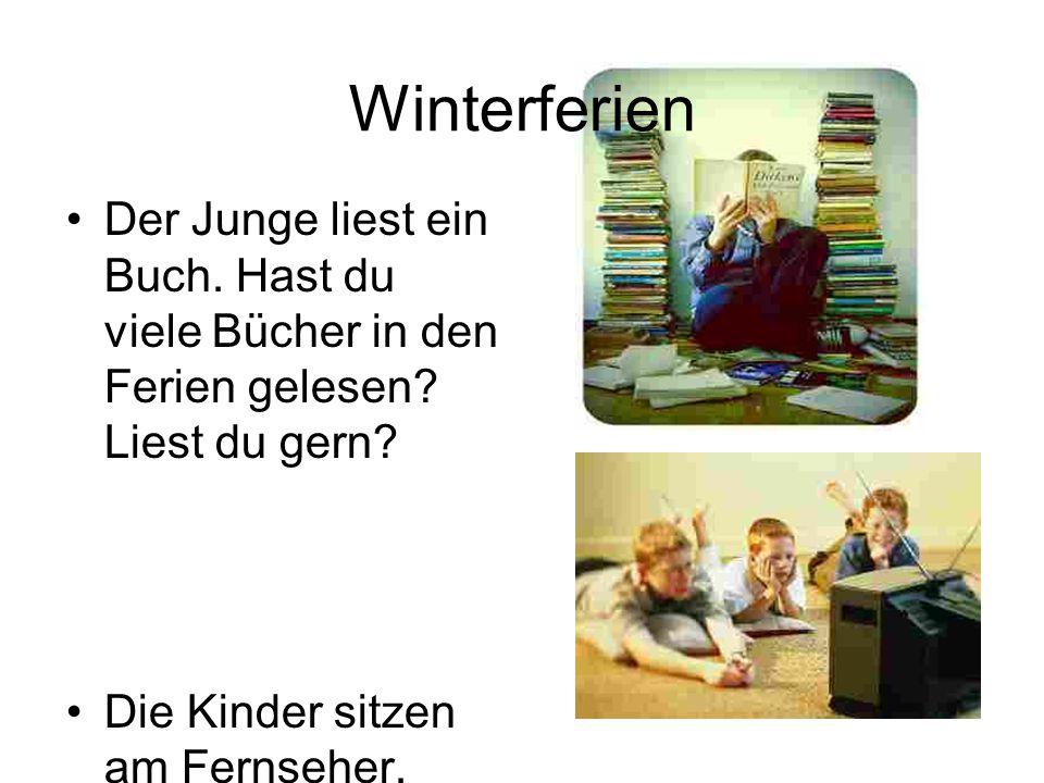 Winterferien Der Junge liest ein Buch. Hast du viele Bücher in den Ferien gelesen Liest du gern