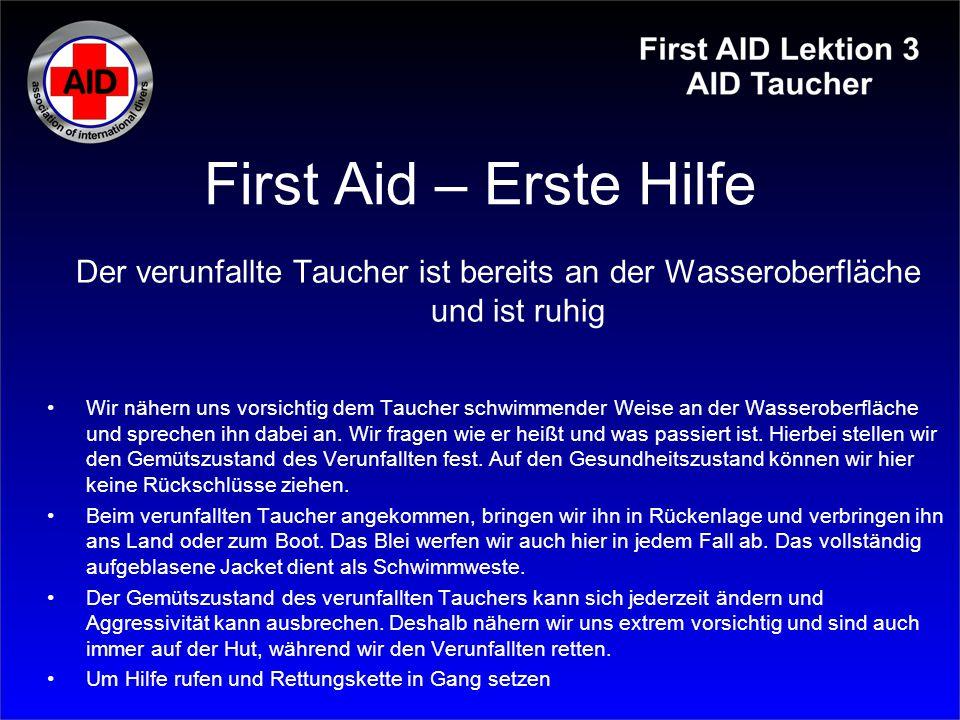 First Aid – Erste Hilfe Der verunfallte Taucher ist bereits an der Wasseroberfläche und ist ruhig.