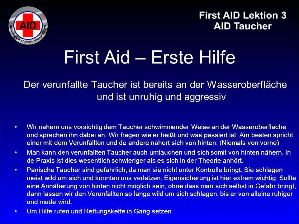 First Aid – Erste Hilfe Der verunfallte Taucher ist bereits an der Wasseroberfläche und ist unruhig und aggressiv.