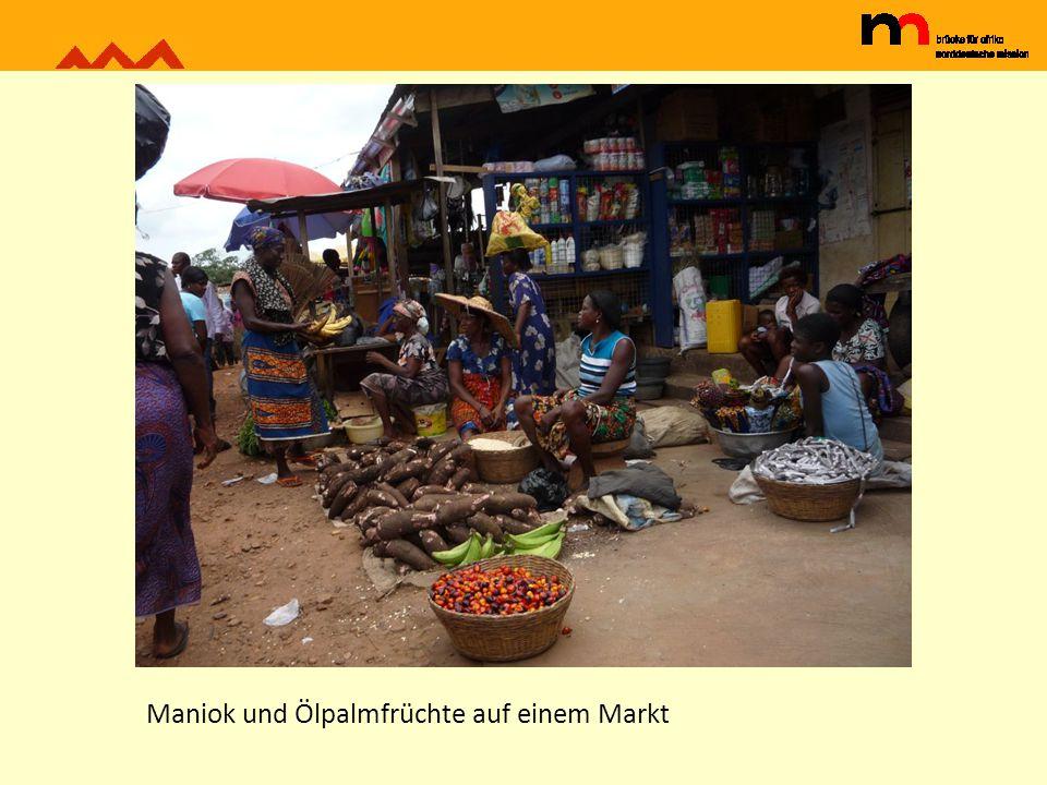 Maniok und Ölpalmfrüchte auf einem Markt