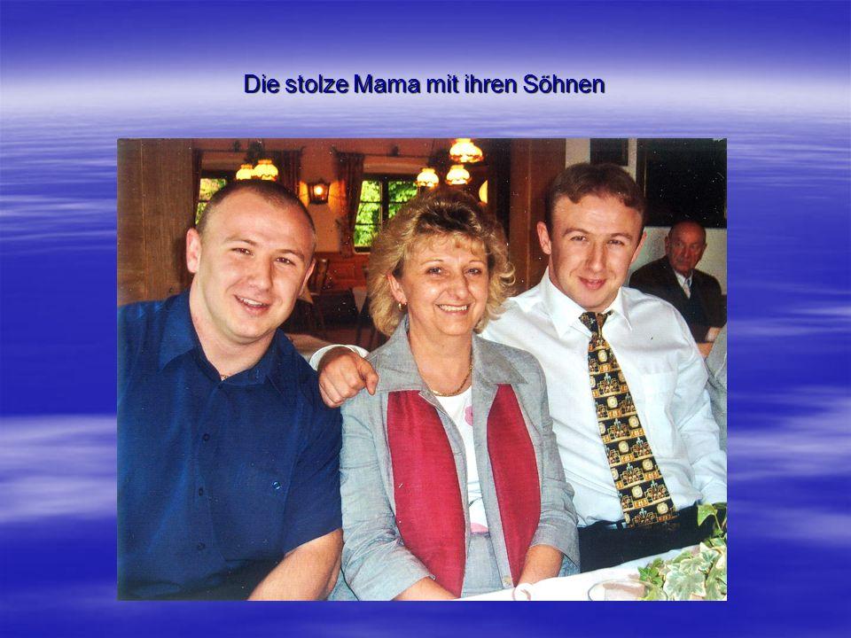 Die stolze Mama mit ihren Söhnen