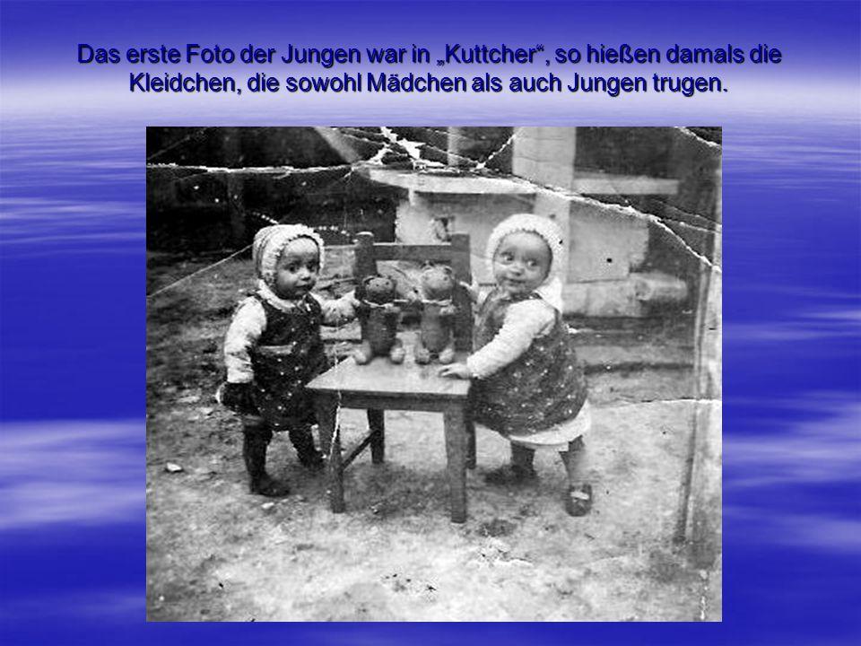 """Das erste Foto der Jungen war in """"Kuttcher , so hießen damals die Kleidchen, die sowohl Mädchen als auch Jungen trugen."""