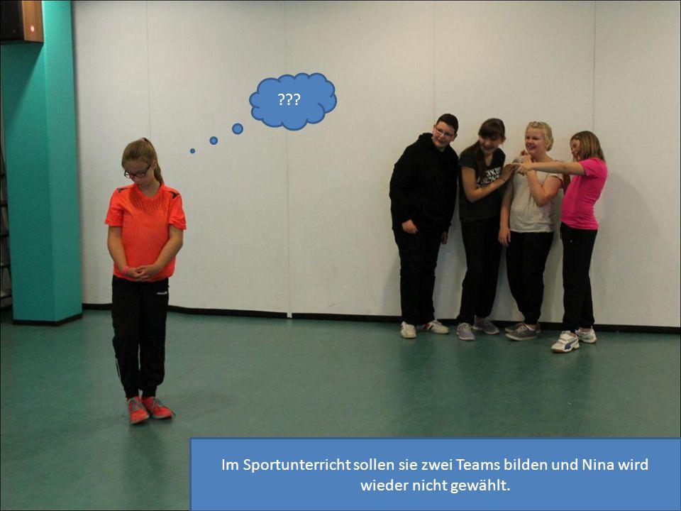 Im Sportunterricht sollen sie zwei Teams bilden und Nina wird wieder nicht gewählt.