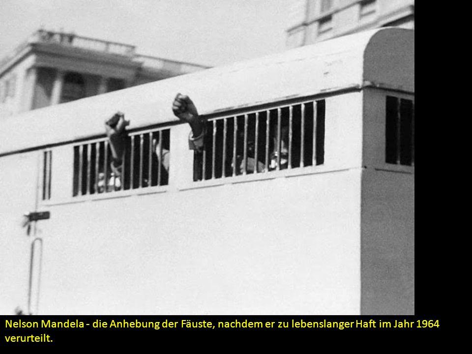 Nelson Mandela - die Anhebung der Fäuste, nachdem er zu lebenslanger Haft im Jahr 1964 verurteilt.