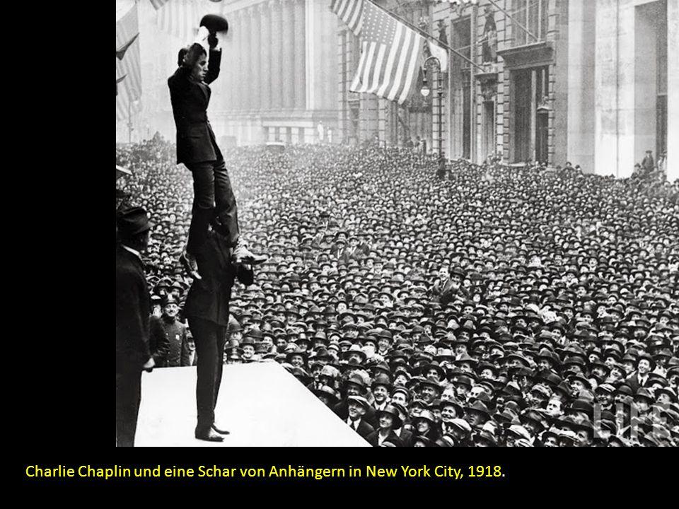 Charlie Chaplin und eine Schar von Anhängern in New York City, 1918.