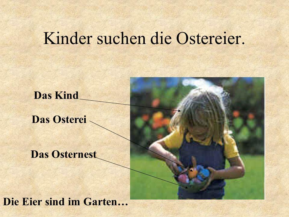 Kinder suchen die Ostereier.